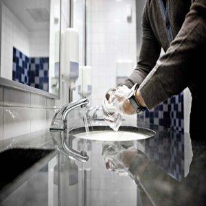 Lavando as maos no escritorio - Tork